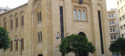 What influence do political parties in Lebanon have on the COVID-19 response of the country?